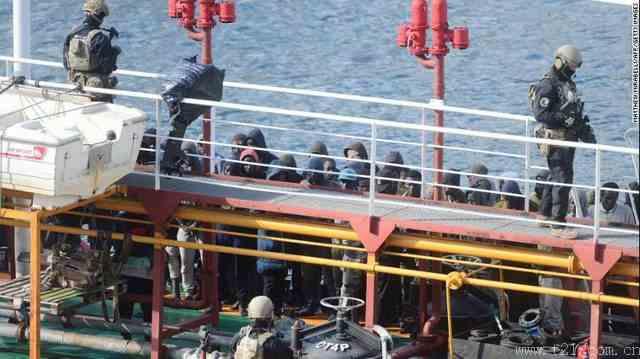 油轮救起移民却遭劫持
