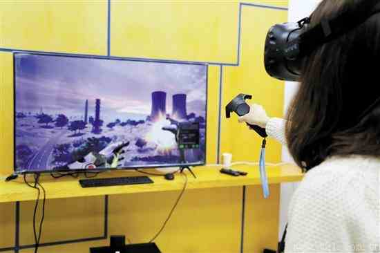 """戴上VR眼镜""""跨越电塔"""""""